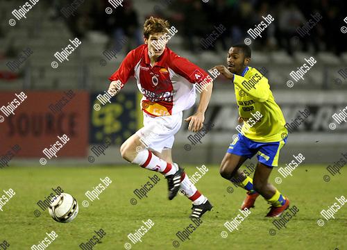 2010-02-20 / Voetbal / seizoen 2009-2010 / R. Antwerp FC / KSK Beveren / Bart de Corte (L, Antwerp) wordt op de hielen gezeten door Kalala..Foto: mpics