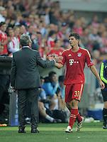 FUSSBALL   CHAMPIONS LEAGUE   SAISON 2011/2012     27.09.2011 FC Bayern Muenchen - Manchester City Dank an den  zweifachen Torschuetzen; Trainer Jupp Heynckes (li, FC Bayern Muenchen) klatscht  Mario Gomez (FC Bayern Muenchen) ab.