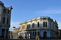 HAB08 LA HABANA (CUBA) 30/07/11.- Varios autos circulan por una céntrica esquina de la capital hoy, sábado 30 de julio de 2011, en La Habana (Cuba), un día antes de cumplirse 5 años de la renuncia del líder cubano Fidel Castro y de que su hermano, el general Raúl Castro asumiera el poder. EFE/Alejandro Ernesto..