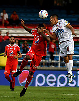 CALI - COLOMBIA - 10 -  02  -  2018: Elkin Blanco (Izq.) jugador de America, disputa el balón con Cleider Alzate (Der.) jugador de Deportes Tolima, durante partido entre America de Cali y Deportes Tolima, de la fecha 2 por la Liga Aguila I 2018 jugado en el estadio Pascual Guerrero de la ciudad de Cali. / Elkin Blanco (L) of player of America, vies for the ball with Cleider Alzate (R) player of Deportes Tolima, during a match between America de Cali and Deportes Tolima, of the 2nd date for the Liga Aguila I 2018 at the Pascual Guerrero stadium in Cali city. Photo: VizzorImage / Luis Ramirez / Staff.