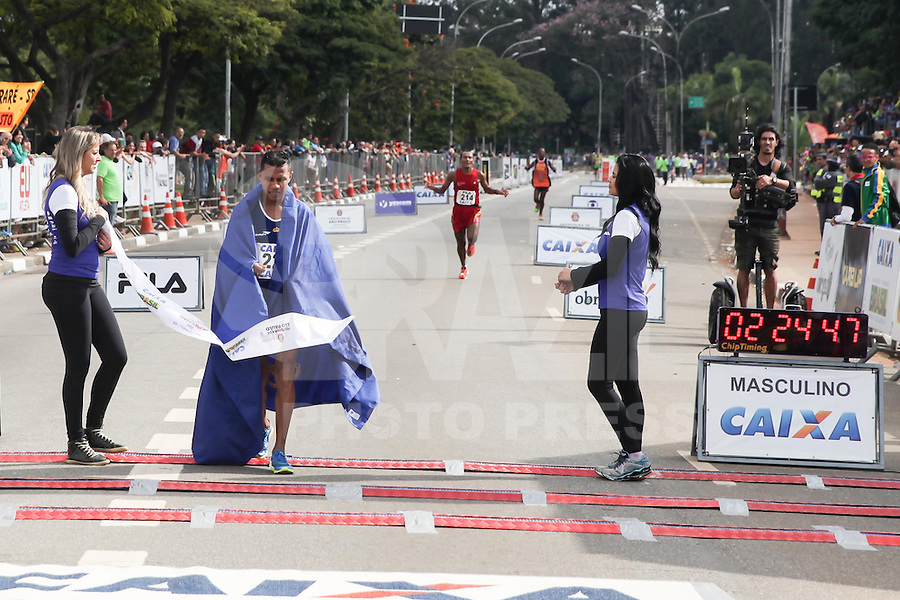 SÃO PAULO, SP - 17.05.2015 - MARATONA-SP - O brasileiro Edson Amaro, quinto colocado masculino da XXI Maratona de São Paulo, que ocorre neste domingo (17), a maratona tem um percurso de 42km com sua largada e chegada no Parque do Ibirapuera, zona sul de São Paulo (Foto: Douglas Pingituro / Brazil Photo Press)