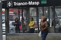 SAO PAULO. SP, 24 DE JULHO DE 2013 - CLIMA TEMPO - SAO PAULO - Pessoas se protegem do frio dentro da estação Trianon-Masp, na manhã desta quarta feira, 24, na Avenida Paulista, região central da capital. (FOTO: ALEXANDRE MOREIRA / BRAZIL PHOTO PRESS