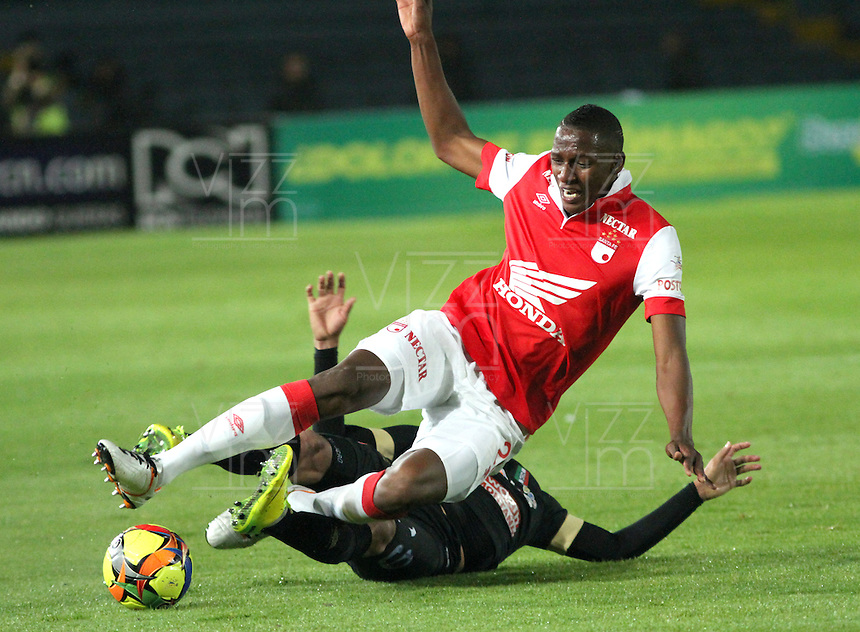 BOGOTA -COLOMBIA, 18- OCTUBRE-2014. Yerry Mina ( Der) de Independiente  Santa Fe  disputa el balón con Cesar Arias ( Izq) del Once Caldas durante partido   de La Liga Postobón  15 fecha 2014-2. Estadio  Nemesio Camacho El Campin   / Yerry Mina (R) of Independiente Santa Fe fights for the ball with Cesar Arias (L) of Once Caldas during La Liga match Postobón  15th  date 2014-2.  Nemesio Camacho El Campin stadium . Photo: VizzorImage / Felipe Caicedo / Staff