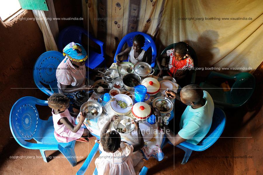 ANGOLA Kwanza Sul, rural development ACM-KS, food security, village Cassombo, family taking their daily meal / ANGOLA Kwanza Sul, laendliches Entwicklungsprojekt ACM-KS, Ernaehrungssicherung, Dorf Cassombo, Frau Felismina Napitango , Mann Franciso Pessela und Kinder beim Essen