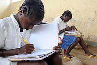 Afrika ANGOLA Kwanza Sul, Kinder in einer Schule im Dorf Sao Pedro / ANGOLA children in school in village Sao Pedro