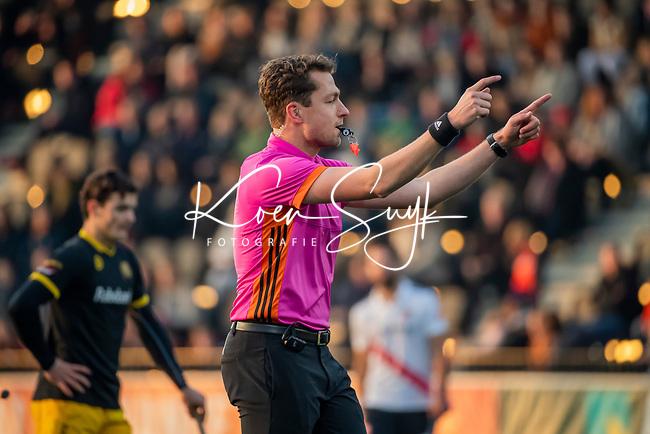 AMSTELVEEN -  Scheidsrechter Mark Becholz   tijdens de competitie hoofdklasse hockeywedstrijd mannen, Amsterdam- Den Bosch (2-3).  COPYRIGHT KOEN SUYK