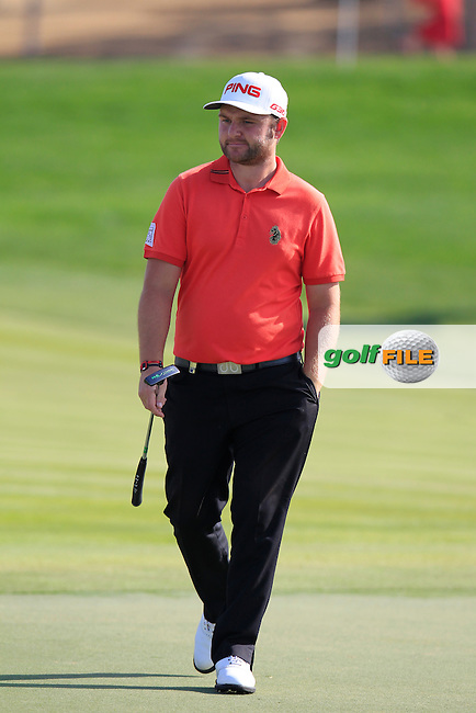 Andy Sullivan (ENG) walks to the 1st green during Friday's Round 2 of the Abu Dhabi HSBC Golf Championship 2015 held at the Abu Dhabi Golf Course, United Arab Emirates. 16th January 2015.<br /> Picture: Eoin Clarke www.golffile.ie