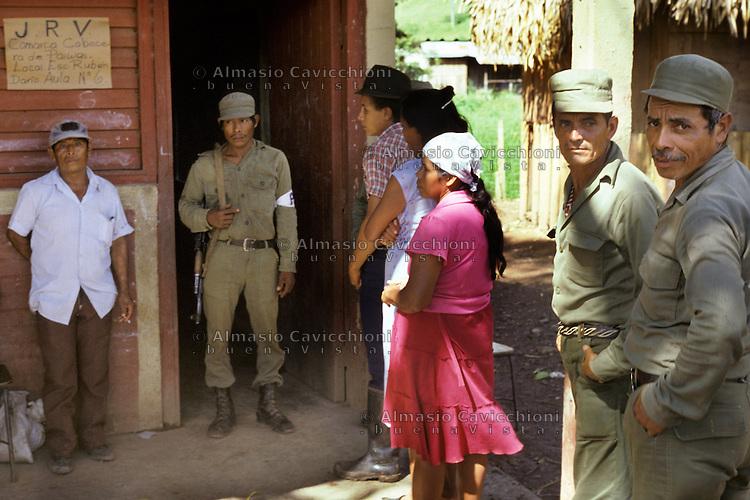 4 Novembre 1984, Nicaragua, Seggio elettorale nell'area rurale di Matiguas per le prime elezioni libere dopo la caduta del dittatore Somoza. <br /> November 4 1984 Nicaragua, Polling station in the rural area of Matigu&aacute;s for the first free elections since the fall of the dictator Somoza.