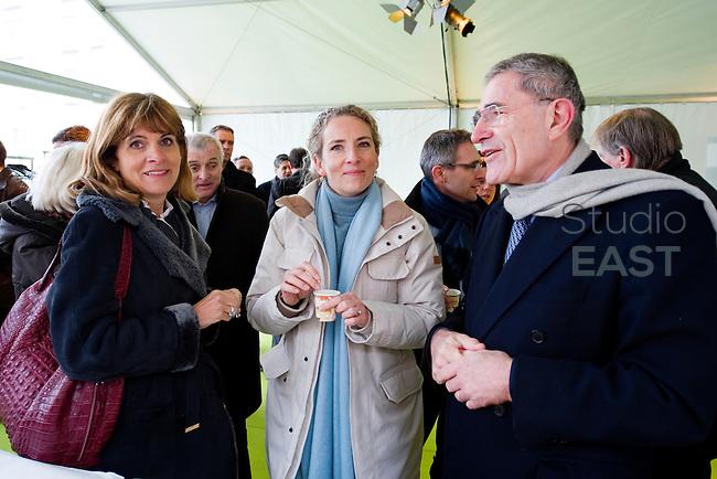 Mme Delphine Batho (centre, parka blanche), ministre de l'environnement et de l'énergie, accompagnée de Gérard Mestrallet (droite) et Anne Lauvergeon (gauche), visite la chaufferie biomasse de Stains en Seine-Saint-Denis, près de Paris, France, le 30 mars 2013. Photo : Lucas Schifres