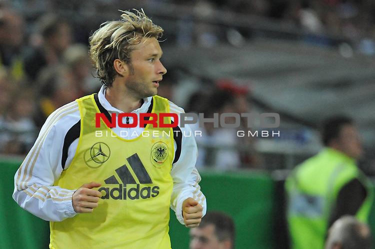 Fussball, L&auml;nderspiel, WM 2010 Qualifikation Gruppe 4 Westfalen Stadion Dortmund ( SIGNAL IDUNA PARK )<br />  Deutschland (GER) vs. Russland ( RUS )<br /> <br /> Simon Rolfes (Ger /  Bayer 04 Leverkusen #06) beim aufw&auml;rmen<br /> <br /> Foto &copy; nph (  nordphoto  )<br />  *** Local Caption ***