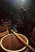 Europe/France/Poitou-Charentes/16/Charente/Cognac/Tonnellerie Seguin Moreau : Cintrage<br /> PHOTO D'ARCHIVES // ARCHIVAL IMAGES<br /> FRANCE 1990