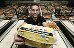 Foto: VidiPhoto<br /> <br /> RHENEN – Pluimveehouder Gert-Jan van Beek aan het werk in zijn bedrijf. De ondernemer is onlangs een eigen pakstation gestart. Samen met enkele andere ondernemers heeft hij nu zowel productie, afzet als marketing in eigen hand. Daardoor is hij niet meer afhankelijk van de grote eierparkstations voor de afzet van zijn eieren.