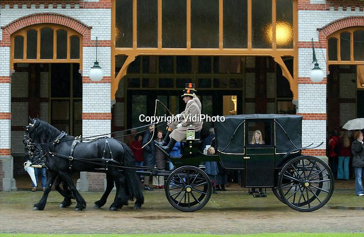 Foto: VidiPhoto..APELDOORN - Op Paleis het Loo in Apeldoorn werd zaterdag en zondag een grote collectie rij- en voertuigen van de koninklijke familie getoond. Bovendien werden enkele rijtuigen aangespannen en werd er met enkele voertuigen gereden. Dat alles gebeurde in het kader van een ingrijpende renovatie van de koninklijke stallen die onlangs is afgerond.