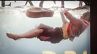 NEW YORK, NY, 01.06.2017 - HOLOSCENES-NEW YORK - Performance Holoscenes de artista de dança e teatro em um aquário de vidro de doze toneladas que rapidamente se enche de água e envolvendo o artista, como parte do décimo Festival Mundial da Ciência, Holoscenes desenvolveu-se com a preocupação das enchentes inestimáveis, os mares crescentes e as secas mais longas do século XXI na Times Square na cidade de New York. (Foto: Vanessa Carvalho/Brazil Photo Press)