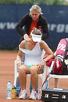 09-09-11, Tennis, Alphen aan den Rijn, Tean International,   Justine Ozga receiving medical treatment