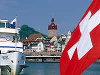 Schweiz, Kanton Luzern, Luzern: Altstadt mit Rathaus und Schiffsanlegestelle - Schweizer Flagge | Switzerland, Canton Lucerne, City Lucerne: Old Town with Townhall and shipping pier - Swiss flag
