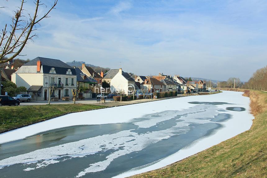 France, Cher (18), Ménétréol-sous-Sancerre, gel exceptionnel sur le canal latéral à la Loire en février 2012 // France, Cher, Menetreol-sous-Sancerre,exceptional cold on the lateral canal of  Loire in February 2012, the river starts to freeze