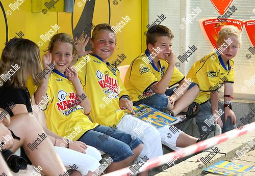 2008-07-27 / Voetbal / Fandag Westerlo: Jeugdige supporters op de spelersbank van KVC Westerlo ..Foto: Maarten Straetemans (SMB)
