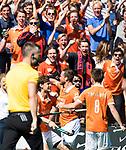 BLOEMENDAAL   - Hockey -  2e wedstrijd halve finale Play Offs heren. Bloemendaal-Amsterdam (2-2) . A'dam wint shoot outs. Roel Bovendeert (Bldaal) scoort 1-0. rechts Thierry Brinkman (Bldaal). links Florian Fuchs (Bldaal) . COPYRIGHT KOEN SUYK