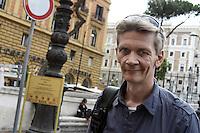 Roma, 3 Ottobre 2012.Piazza del Viminale.Il giornalista inglese Mark Covell, selvaggiamente picchiato a Genova dalla polizia durante il massacro della Diaz al G8 del 2001 viene risarcito dal Ministero dell'interno per le violenze fisiche e morali