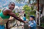 La capitaine Alessandra Carvalhaes, commandante de l'UPP du Morro da Formiga, discute avec un habitant lors d'une patrouille.