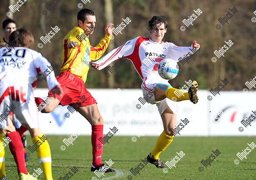 2011-01-30 / Voetbal / seizoen 2010-2011 / KSV Bornem - KSV Oudenaarde / Arne Ivens (L, Bornem) met Klaas Van den Bossche..Foto: mpics