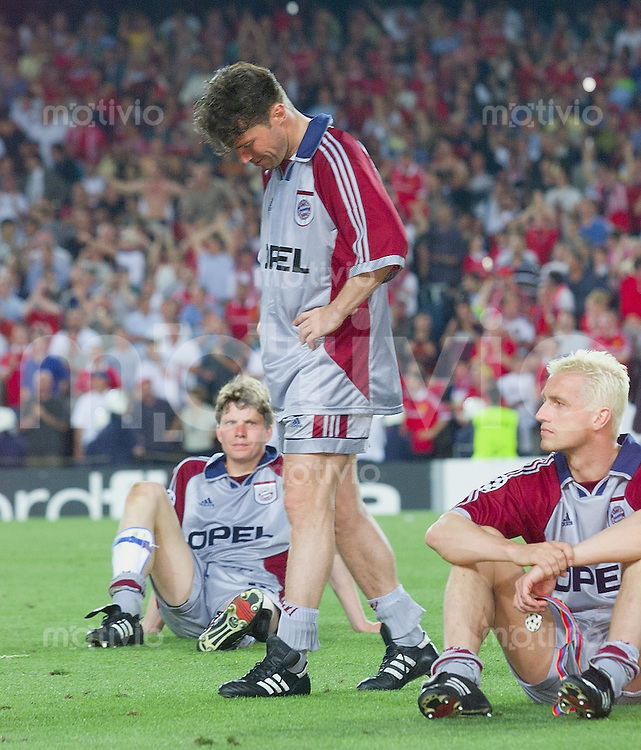 FUSSBALL      CHAMPIONS LEAGUE FINALE   SAISON 1998/1999  26.05.1999 Manchester United FC  2-1  FC Bayern Muenchen Enttaeuschung FC Bayern Muenchen: Lothar Matthaeus (Mitte) Thomas Strunz (re) und Michael Tarnat (hinten li)