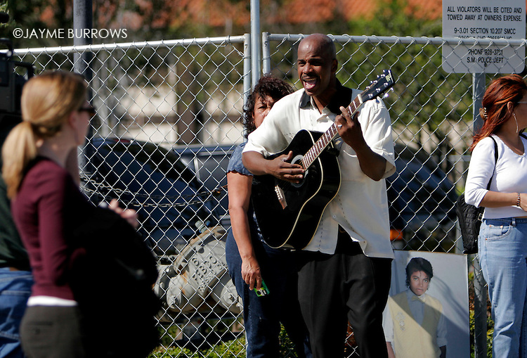 Keith Mc Norton entertains the crowd outside the Santa Barbara county courthouse during the Michael Jackson child molestation trial in Santa Maria, Calif on Tuesday, March 15, 2005.  ..
