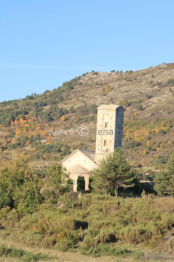 France, Alpes-de-Haute-Provence (04), Robion, chapelle Saint-Thyrse (le clocher est penché) // France, Alpes de Haute Provence, Robion, chapel St. Thyrse