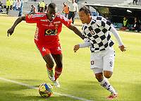 TUNJA -COLOMBIA, 12-04-2014. Juan David Perez (Der) de Boyacá Chicó disputa el balón con Jonathan Segura (Izq) de Patriotas FC durante partido válido por la fecha 17 de la Liga Postobón I 2014 realizado en el estadio La Independencia en Tunja./ Boyaca Chico player Juan David Perez (R) fights for the ball with Patriotas FC player Jonathan Segura (L) during match valid for the 17th date of Postobon League I 2014 at La Independencia stadium in Tunja. Photo: VizzorImage/Jose Miguel Palencia/STR