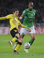 FUSSBALL   1. BUNDESLIGA   SAISON 2011/2012    9. SPIELTAG  14.10.2011 SV Werder Bremen - Borussia Dortmund                  Robert Lewandowski (li, Borussia Dortmund) gegen Naldo (SV Werder Bremen)