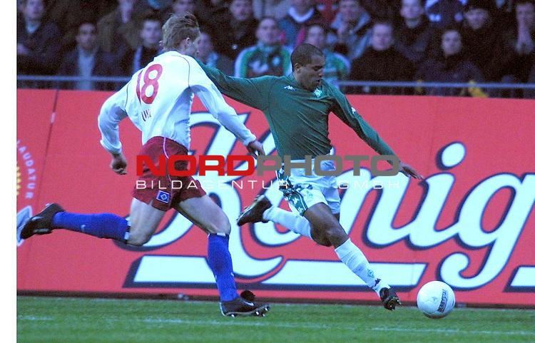 Fussball - Bundesliga<br />  SV Werder Bremen vs Hamburger Sportverein<br /> Ailton (Bremen) gegen Milan Fukal (li - Hamburg )<br /> [Foto &copy; nordphoto -  Foto ist honorarpflichtig! zzgl. gesetzl. MwSt.<br />  Belegexemplar erforderlich<br /> Adresse: nordphoto<br /> Georg-Reinke-Strasse 1<br /> 49377 Vechta