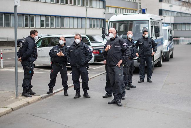 """Auf und rund um den Rosa-Luxemburg-Platz in Berlin-Mitte haben am Samstag den 25. April 2020 mehrere hundert Menschen gegen die Einschraenkungen im Zuge der Massnahmen zur Eindaeemung der Covid-19-Pandemie protestiert. Rechtsextremisten, Hooligans, Antisemiten, Verschwoerungstheoretiker und AfD-Politiker hatten zu einer sogenannten """"Hygiene-Demo"""" versammelt. Vereinzelt protestierten Menschen am Rande gegen diese Demonstration.<br /> Die Polizei war mit mehreren hundert Beamten im Einsatz und nahm mehr als 100 Personen fest.Im Bild: Polizeibeamte mit Nase-Mundschutz-Masken.<br /> 25.4.2020, Berlin<br /> Copyright: Christian-Ditsch.de<br /> [NUR FUER REDAKTIONELLE ZWECKE! Werbung nur auf Anfrage beim Fotografen. Inhaltsveraendernde Manipulation des Fotos nur nach ausdruecklicher Genehmigung des Fotografen. Vereinbarungen ueber Abtretung von Persoenlichkeitsrechten/Model Release der abgebildeten Person/Personen liegen nicht vor. NO MODEL RELEASE! Don't publish without copyright Christian-Ditsch.de, Veroeffentlichung nur mit Fotografennennung, sowie gegen Honorar, MwSt. und Beleg. Konto: I N G - D i B a, IBAN DE58500105175400192269, BIC INGDDEFFXXX, Kontakt: post@christian-ditsch.de<br /> Bei der Bearbeitung der Dateiinformationen darf die Urheberkennzeichnung in den EXIF- und  IPTC-Daten nicht entfernt werden, diese sind in digitalen Medien nach §95c UrhG rechtlich geschuetzt. Der Urhebervermerk wird gemaess §13 UrhG verlangt.]"""
