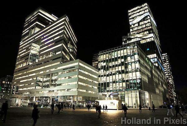 Nederland Amsterdam 2016. De Zuidas bij avond. Rechts Vinoly, links de Ito toren. Foto Berlinda van Dam / Hollandse Hoogte