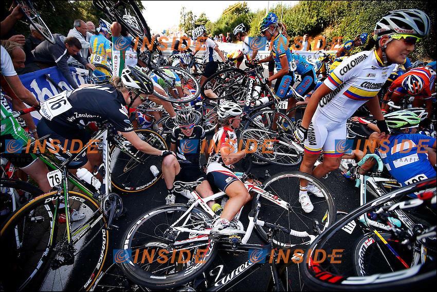 Chute - course sur route femmes elite - Championnat du monde UCI  Caduta.Valkenburg 22/10/2012.Campionati mondiali ciclismo Donne.Foto Photonews/Panoramic/Insidefoto .ITALY ONLY