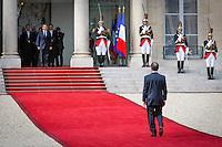 Passation de pouvoir entre le président sortant, Nicolas Sarkozy, et le président élu, François Hollande au Palais de l'Elysée à Paris. Mardi 15 mai 2012 - 2012©Jean-Claude Coutausse / french-politics pour Le Monde