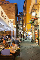 Italy, Campania, Sorrento: Evening restaurant scene on the Via San Cesareo with the Campanile de la Cattedrale | Italien, Kampanien, Sorrento: Restaurants in der Via San Cesareo am Abend, im Hintergrund der Campanile de la Cattedrale