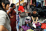 CHINA Guangzhou , african trader buy  textiles in export- and wholesale markets which the ship to Africa for their shops, Canaan Export Center  / CHINA , Provinz Guangdong , Metropole Guangzhou (Kanton) , Haendler aus Afrika kaufen in Grosshandels-/Exportmaerkten Textilien fuer Ihre Laeden in Afrika ein, Canaan Export Center
