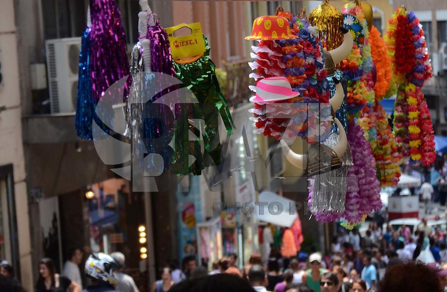 SÃO PAULO, SP, 14 DE FEVEREIRO DE 2012 - 25 DE MARÇO - Movimentação de consumidores na região da rua 25 de Março, comércio popular na região central da cidade de São Paulo, nesta terça-feira. FOTO: ALEXANDRE MOREIRA - NEWS FREE.