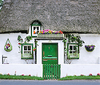 Ireland, County Kilkenny, Front of typical Irish cottage | Irland, County Kilkenny, Hausfront eines typisch irischen Cottages mit Reetdach
