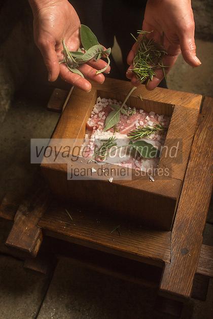 Italie, Val d'Aoste,  Arnad:   Préparation du Lard d'Arnad, AOP, à la charcuterie: Maison Bertolin - Vallée d'Aoste Lard d'Arnad - DOP Denominazione di Origine Protetta,  Le lard   est mis dans des Doïls,   moules en bois traditionnels; Chaque couche de lard est déposée en alternance avec un mélange de sel, d'eau, d'épices: poivre, clous de girofle, grains de genièvre, cannelle, noix de muscade  et d'herbes aromatiques:romarin, laurier, sauge, achillée provenant toutes de la vallée. Le récipient est alors fermé pour une période d'affinage de 3 mois minimum. Pour un affinage plus long, du vin blanc est ajouté dans les récipients // Italy, Aosta Valley,  Arnad: Preparation of Arnad lard, PDO, charcuterie: House Bertolin - Vallée d'Aoste Lard d'Arnad (PDO) - Lardo is placed in Dolls, traditional wooden molds; Each blubber is deposited alternately with a mixture of salt, water, spices: pepper, cloves, juniper berries, cinnamon, nutmeg and herbs: rosemary, bay, sage, yarrow all from the valley. The container is then closed for a ripening period of at least 3 months. For a longer ripening white wine is added to the containers