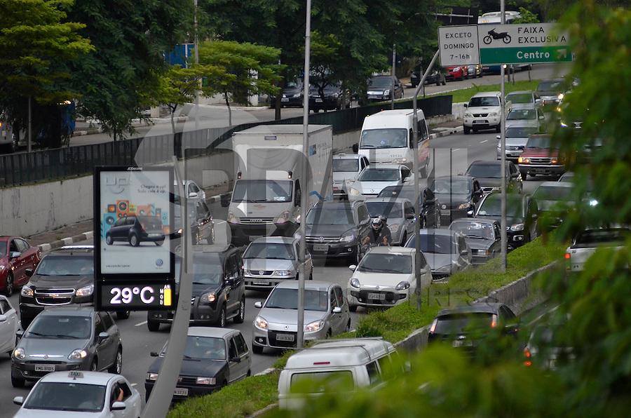 SÃO PAULO, SP, 21.02.2014 – TRÂNSITO EM SÃO PAULO: Trânsito na Av. 23 de Maio, próximo ao Parque do Ibirapuera, zona sul de São Paulo na tarde desta sexta feira. (Foto: Levi Bianco / Brazil Photo Press).