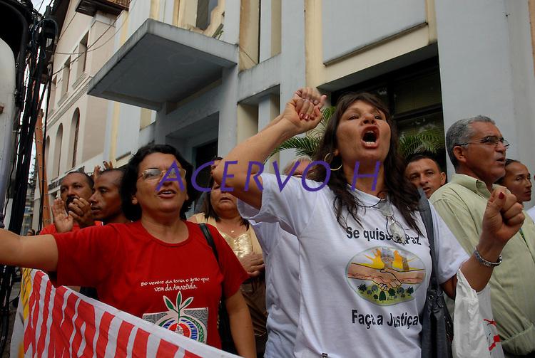 """Manifestações em frente ao Tribunal de Justiça do Pará durante o julgamento do fazendeiro Regivaldo Pereira Galvão, o """"Taradão"""", acusado de ser o principal mandante da morte da missionária Dorothy Stang, ocorrida na manhã de 12 fevereiro de 2005, em Anapu, enfrenta hoje o Tribunal do Júri no Fórum Criminal de Belém.<br /> Belém Pará Brasil<br /> Paulo Santos<br /> 30 04 2010"""