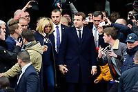 Emmanuel Macron con la moglie Brigitte Trogneux<br /> Parigi 7/5/2017 Il candidato alle presidenziali francesi con il suo partito di centro, En Marche, al voto, dove lo aspetta una folla di sostenitori. Il candidato e' andato a votare con la moglie.<br /> Emmanuel Macron - candidat En Marche aux elections presidentielles de 2017<br /> et sa femme Brigitte Trogneux sortent du bureau de vote <br /> ambiance devant l hotel de Ville du Touquet<br /> Foto JB Autissier / Panoramic / Insidefoto