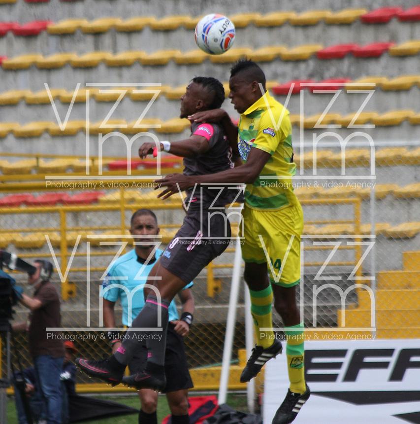 BOGOTA - COLOMBIA, 16-AGOSTO-2017: : Jhoaho Hinestroza (Izq.) jugador de Tigres FC disputa el balón con Jeison Palacios  (Der.) jugador del Atlético Bucaramanga, durante partido entre Tigres FC y Atlético Bucaramanga, de la fecha 8 por la Liga Aguila II 2017 en el estadio Metropolitano de Techo de Bogotá. /Jhoaho Hinestroza (L), player of Tigres FC vies for the ball with Jeison Palacios (R) player of Atletico Bucaramanga , during a match of the date 8nd for the Liga Aguila II 2017 at the Metroplitano de Techo Stadium in Bogota city. Photo: Vizzoriameg / Felipe Caicedo / Staff