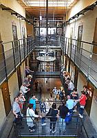 Nederland - Leeuwarden - april 2018. De Blokhuispoort is een gebouwencomplex dat tot december 2007 dienst heeft gedaan als gevangenis. Het huidige gebouw is in de tweede helft van de negentiende eeuw gebouwd op de plaats waar al rond 1500 een gevangenis stond. Tegenwoordig zijn er diverse bedrijven en een hostel in gevestigd.  Voormalig bewaarder geeft rondleidingen.     Foto Berlinda van Dam / Hollandse Hoogte