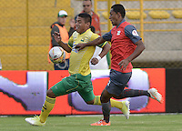 BOGOTÁ -COLOMBIA, 14-01-2015. Cesar Amaya (Izq) jugador del Atlético Bucaramanga disputa el balón con Wilson Galeano (Der) jugador de Deportes Quindio durante partido por la fecha 1 de los cuadrangulares de ascenso Liga Águila 2015 jugado en el estadio Metropolitano de Techo de la ciudad de Bogotá./ Cesar Amaya (L) player of Atletico Bucaramanga vies for the ball with Wilson Galeano (R) player of Deportes Quindio during the match for the first date of the promotion quadrangular of the Aguila League 2015 played  at Metropolitanos de Techo stadium in Bogota city. Photo: VizzorImage/ Gabriel Aponte / Staff