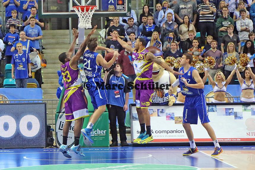 Danilo Barthel (Skyliners) wird in die Zange genommen - Fraport Skyliners vs. Phoenix Hagen, Fraport Arena Frankfurt