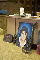 Graceland, home of Elvis Presley ; fans
