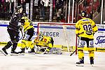 Max Kislinger (Nuernberg) vor Jussi Rynanaes (Krefeld) im Spiel der DEL, Nuernberg Ice Tigers (dunkel) - Krefeld Pinguine (hell).<br /> <br /> Foto © PIX-Sportfotos *** Foto ist honorarpflichtig! *** Auf Anfrage in hoeherer Qualitaet/Aufloesung. Belegexemplar erbeten. Veroeffentlichung ausschliesslich fuer journalistisch-publizistische Zwecke. For editorial use only.